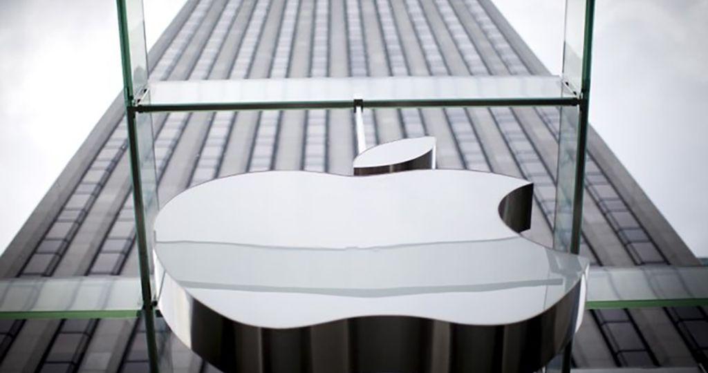 Logo da Apple na entrada da loja da empresa de tecnologia em Nova York, EUA